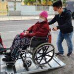 設有斜台,方便輪椅客人只需安座直入車廂。